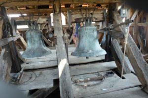 Im Glockenturm hängen drei vorreformatorische Glocken. Die große Glocke stammt aus der Zeit um 1400.